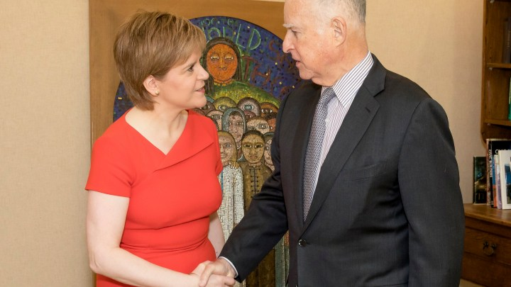 First Minister of Scotland Nicola Sturgeon and Governor Brown of California shake hands over climate deal.