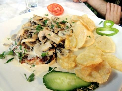 Elpis Plaka: Pork steak with mushroom sauce and potatoes