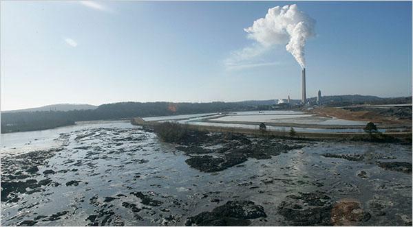 Vazamento de água contaminada e lamas tóxicas, em Kingston, Tennessee. Foto de Wade Payne/Associated Press