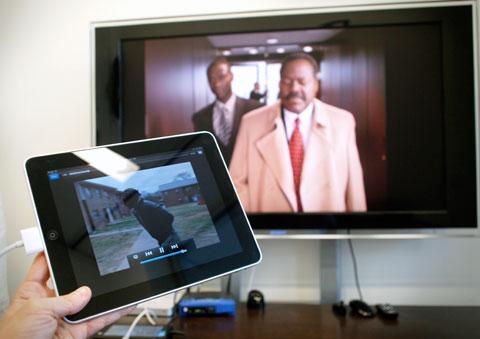 Um IPad substitui um Apple TV com um cabo VGA de 50 reais.