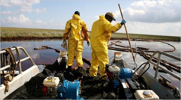 Trabalhadores tentam retirar o petróleo, em Bay Barataria , próximo de Grand Isle, Louisiana