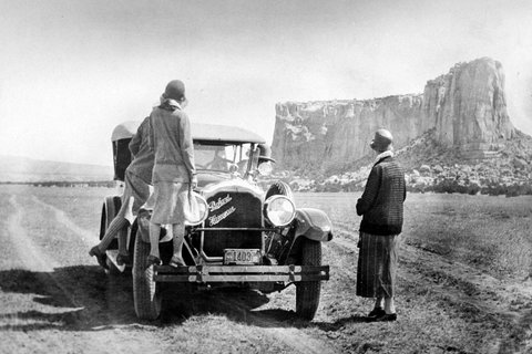 A tableau from the '20s, when women dressed in a classic style that was at ease with the era, and took advantage of the freedom offered by having their own cars.