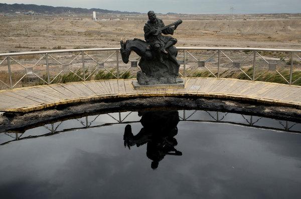 在克拉玛依一个装满石油的池子旁,有一座维吾尔人雕像。这里大部分居民是维吾尔人,但他们往往不会被石油公司雇佣。