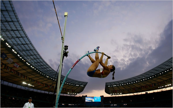Russias Yelena Isinbayeva competes with no succed (Photo: Martin Rose/Bongarts/Getty Images)