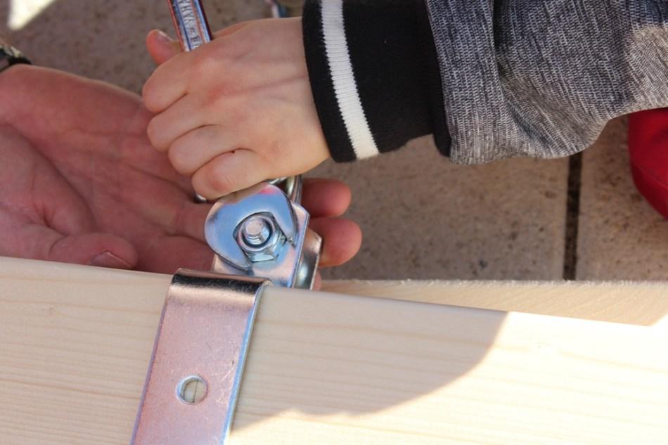 Schaukel aufstellen - Aufhängung anschrauben (c) Grashüpfer