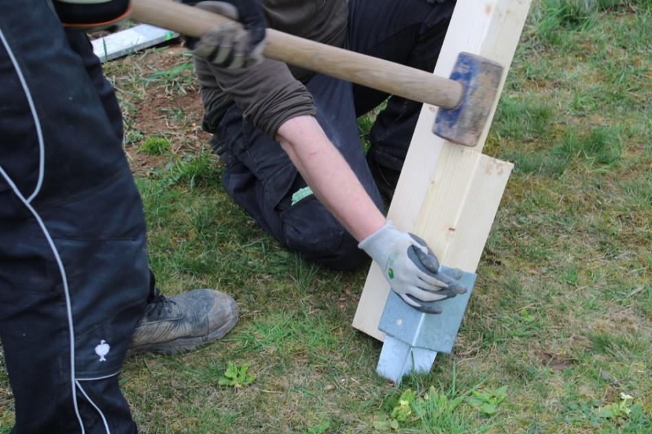 Schaukel aufstellen - Bodenhülsen einschlagen (c) Grashüpfer