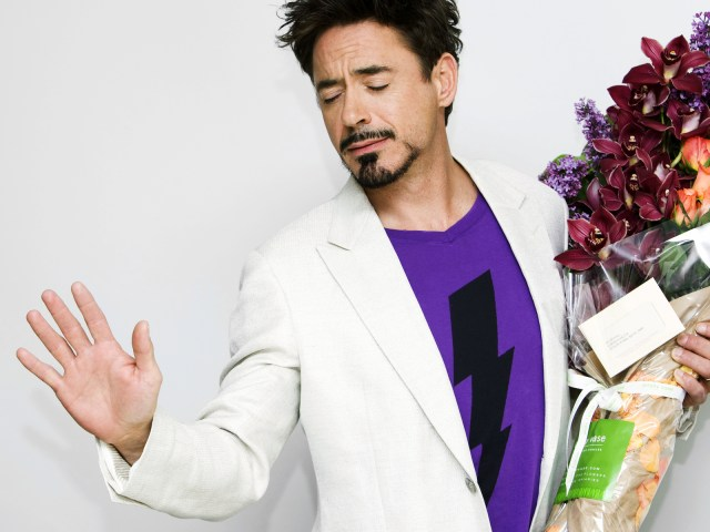 роберт дауни с цветами