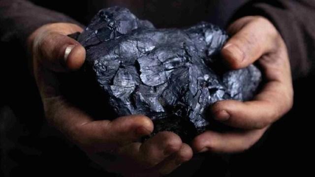 уголь в руках