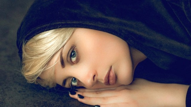 женщина в черном платке