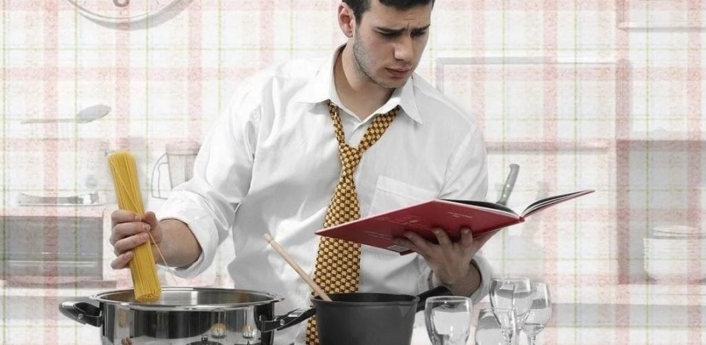 муж на кухне готовит