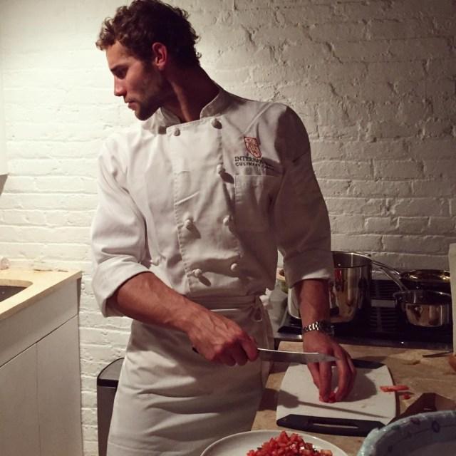 мужчина готовит на кухне