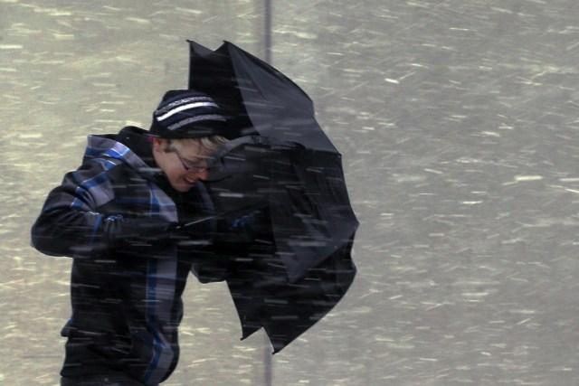 парень под проливным дождём