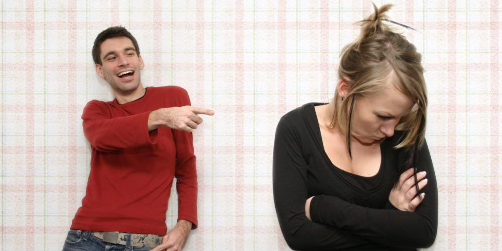 мужчина шутит над женщиной