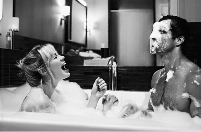 мужчина веселит женщину
