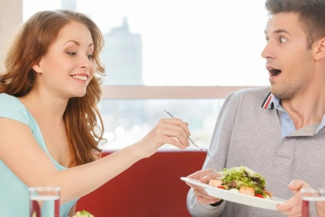 жена ест из тарелки мужа