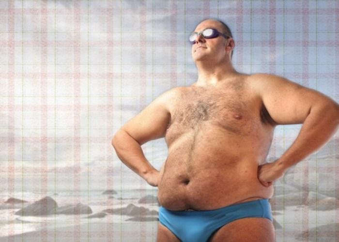 толстый мужчина в очках на пляже