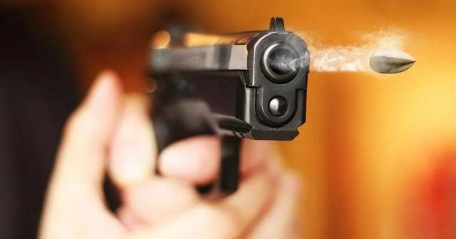 пуля вылетает из пистолета