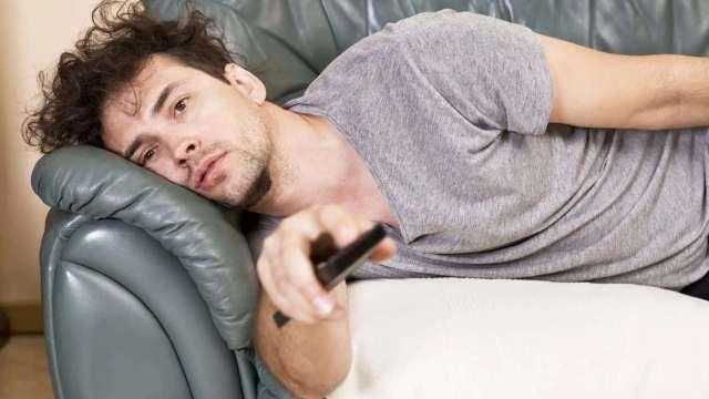 мужчина лежит на диване почему