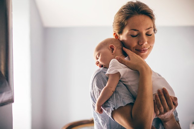 mama cu copil in brate, bebe in brate, visezi bebelus in brate, tii un copil in brate, femeie cu copil in brate