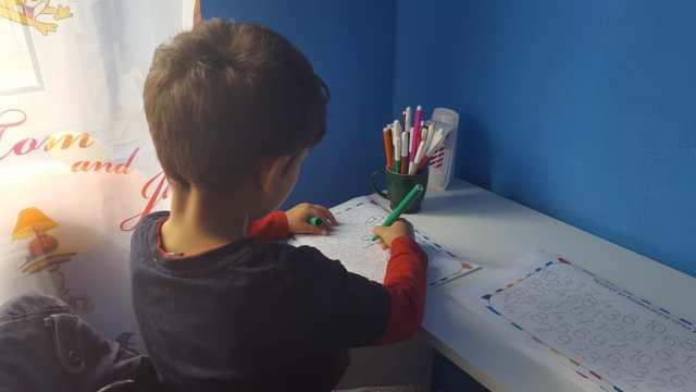 copil lucrand la birou, Ionut,
