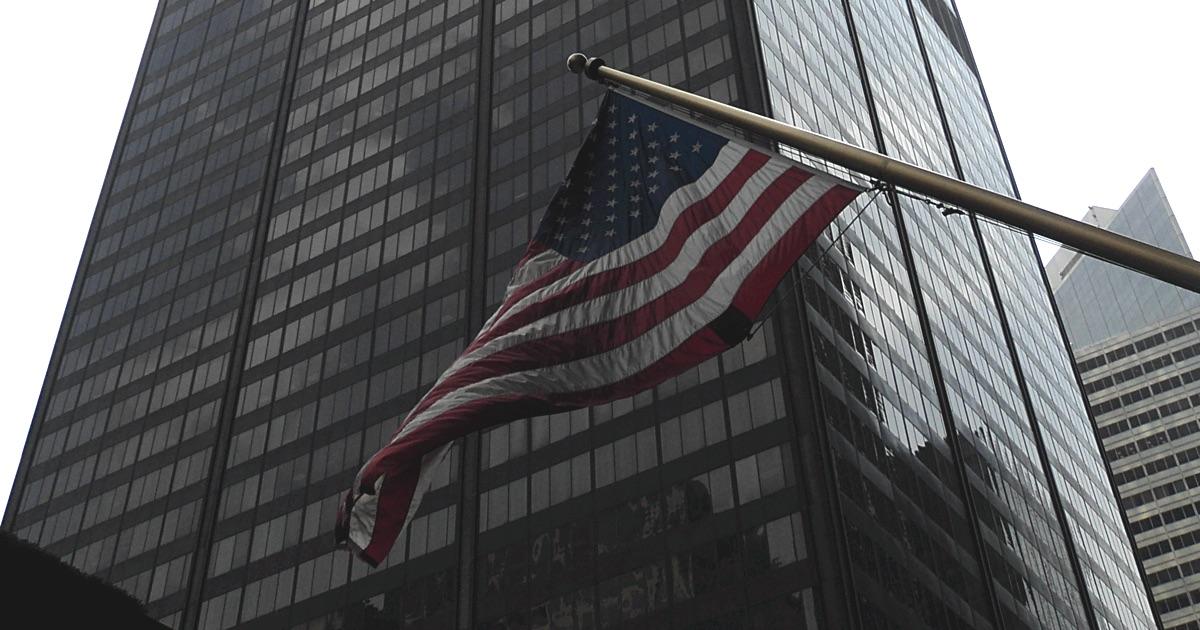 Flagge der Vereinigten Staaten von Amerika vor dem Willis Tower in Chicago
