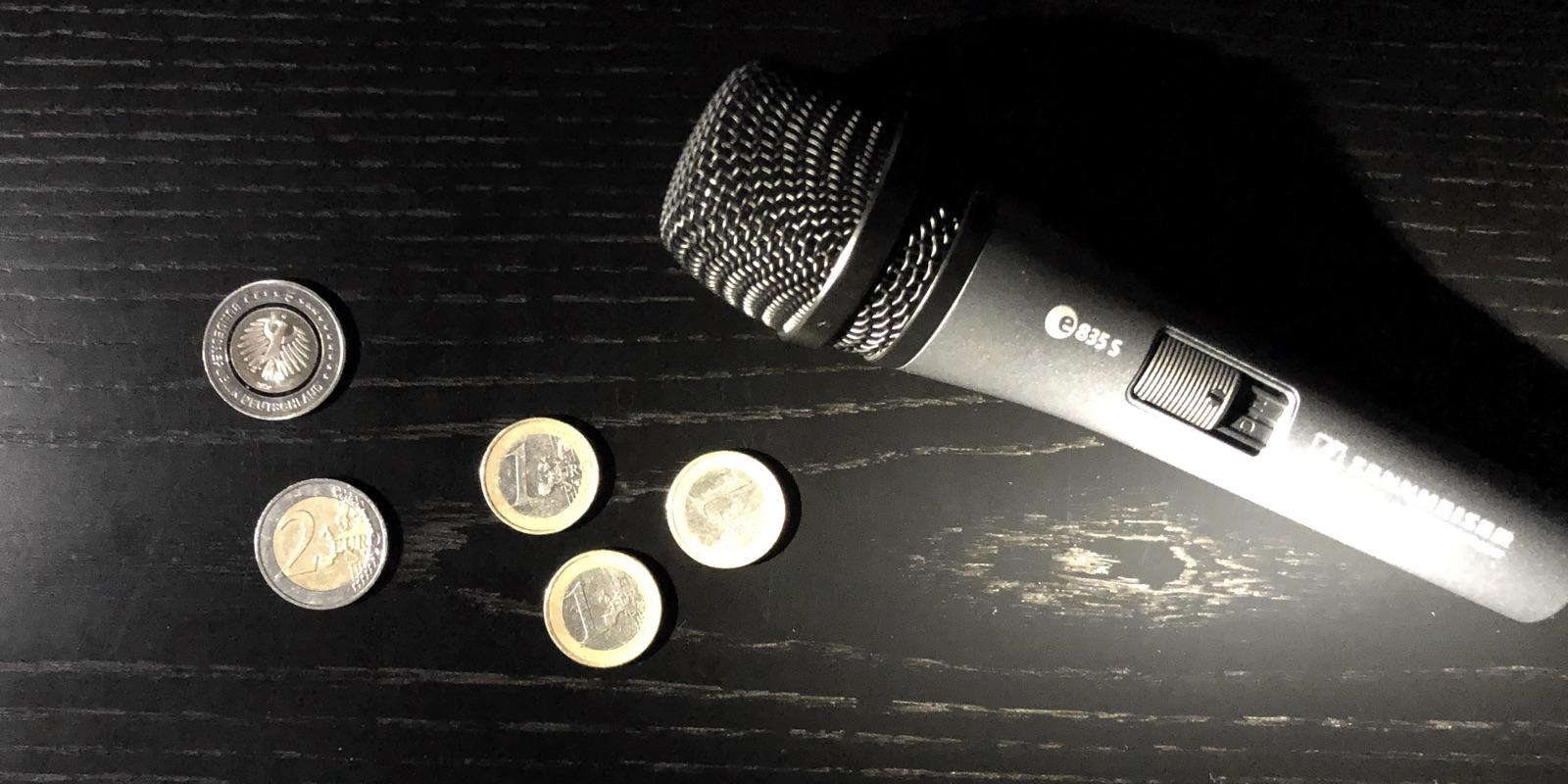 10 € in bar neben einem Mikrofon