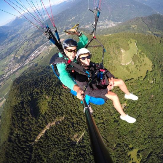 Parapente au dessus de Chamoux sur Gelon avec l' entreprise Gravity-parapente.