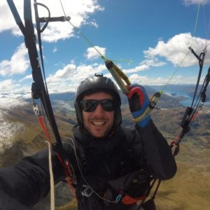 Loic équipe Gravity-parapente Allevard en vol en Nouvelle Zélande.