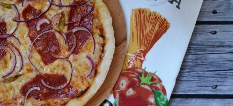 """Leckere """"Steinofenpizza"""": Ein Rezept für Pizzateig & Sauce"""