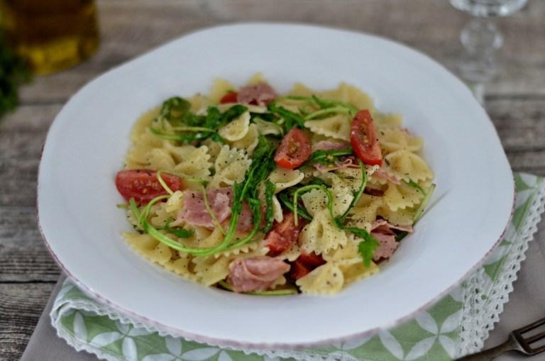Farfalle mit italienischer Salami, Tomaten & Rucola