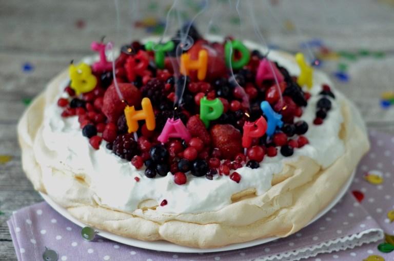 Pavlova mit Beeren zum Blog Geburtstag