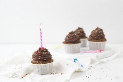 Schokocupcakes mit Nutella-Topping und Streuseln