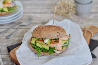 Happy Food: Lachsburger im Vollkorn-Bun mit Avocado & Zucchini