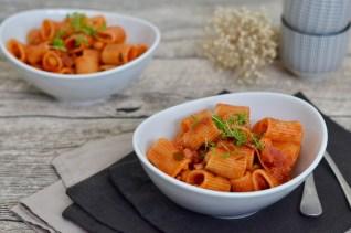 One Pot Pasta mit Kichererbsen in scharfer Tomatensauce