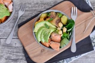 lauwarme Salat-Bowl mit Stremellachs