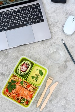 Lunchbox: Mie-Nudel-Salat mit Lachs & Currydressing