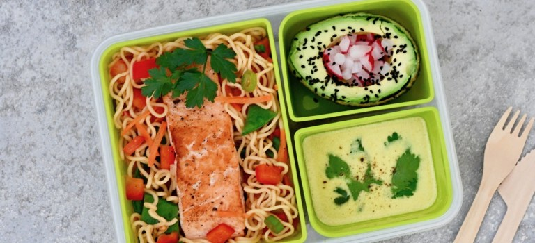 Lunchbox: Mie-Nudel-Salat mit Lachs, Avocado & Currydressing