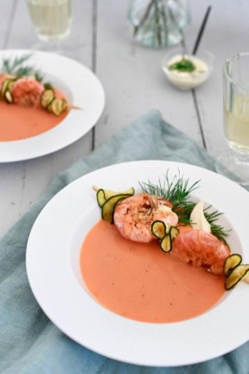 Möhrencremesuppe mit Garnelen-Zucchini-Spieß