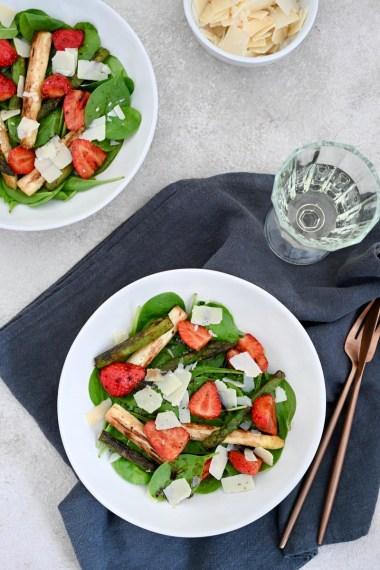 lauwarmer Spinat-Spargel-Salat mit Erdbeeren