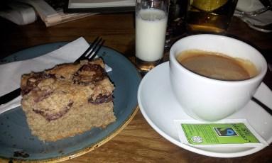 Spelt-raspberry cake with cappuccino