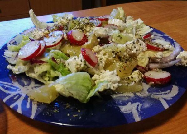 sałatka z serem solankowym i ogórkami