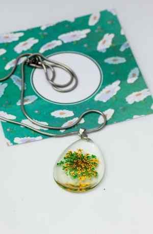 Colar em aço com medalha de resina e flor verde e amarela GPAC3131