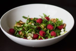 Model diet: beautifying and healthy raspberry goatcheese walnut salad