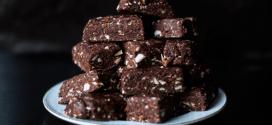 Raw brownie nut bites with maca