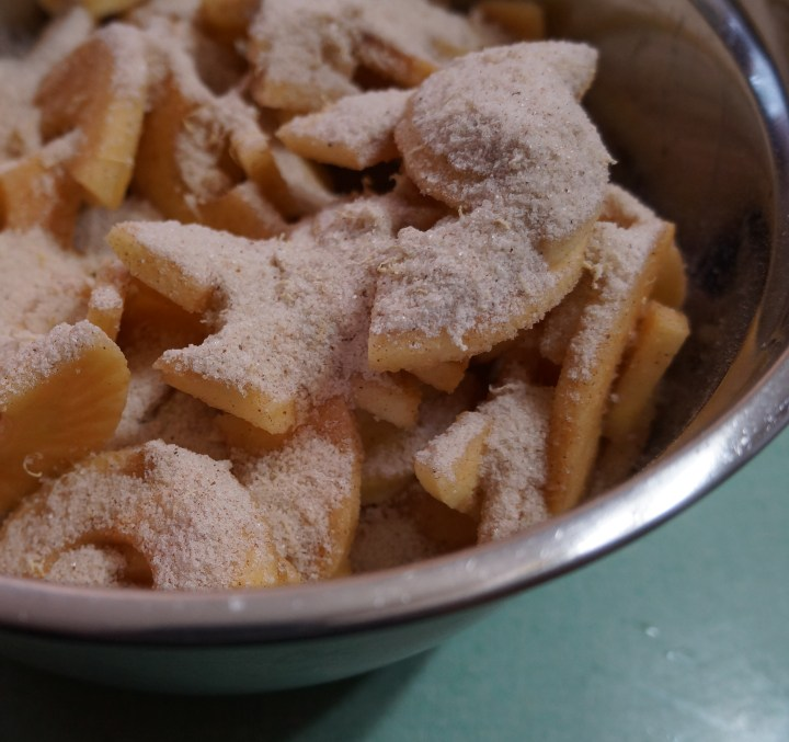 Pour the sugar and spice mixture over the apples and toss to distribute.