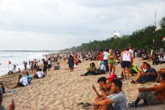 Crowds at Kuta Beach waiting for the sun to set.