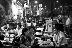 A common sight on the side of the streets... small tables where people drink and dine.