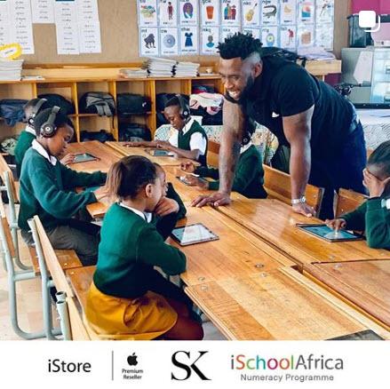 Siya Kolisi helps children in local schools