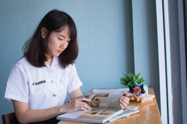 graduate-certificate-in-information-design-ara-student-at-desk-resized