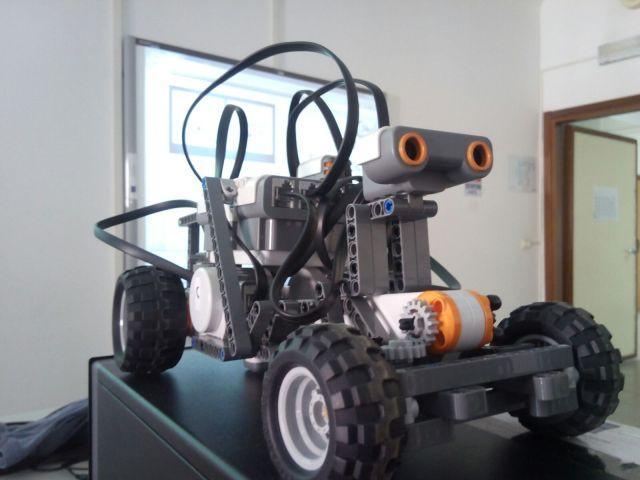 """Un esempio di Robot Mindstorm NXT assemblato presso l'I.I.S.S. """"A.Righi"""" di Taranto"""